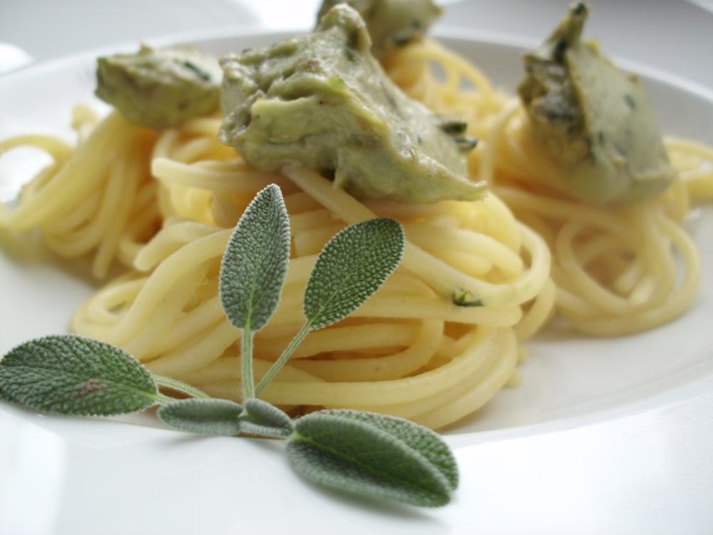 Spagetthi-mit-Avocado-und-Hummus-Soße-Rezept