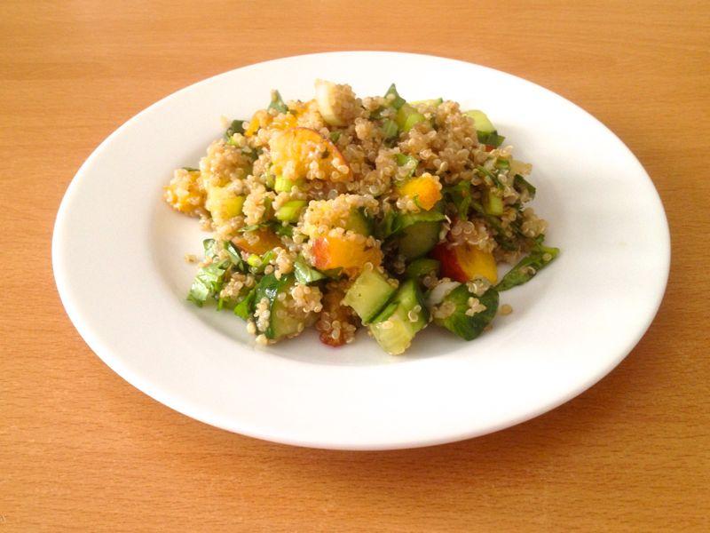 Quinoa-Sommer-Salat mit Pfirsichen